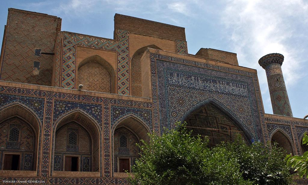 La madrasa, vue de la cour intérieure, me semble encore plus magnifique, avec ces constructions superposées, cette décoration foisonnante et le bleu de ces faïences...