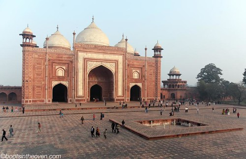 Mosque to the right of the Taj