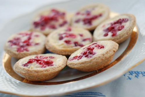 pohla-martsipanikoogikesed/lingonberry and marzipan tartlets