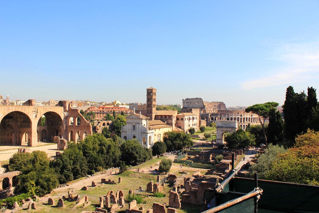 Panorama del Foro, con la Basílica de Majencio a la izquierda. Al fondo, el Coliseo