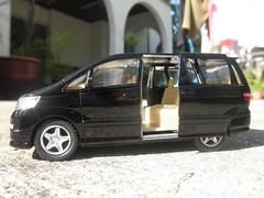 mercedes-benz viano(0.0), mercedes-benz v-class(0.0), automobile(1.0), automotive exterior(1.0), sport utility vehicle(1.0), vehicle(1.0), minivan(1.0), compact car(1.0), land vehicle(1.0), luxury vehicle(1.0),