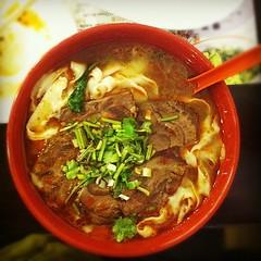 laksa(0.0), noodle(1.0), bãºn bã² huế(1.0), lamian(1.0), noodle soup(1.0), food(1.0), beef noodle soup(1.0), dish(1.0), soup(1.0), cuisine(1.0),