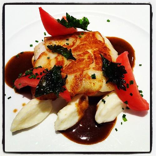 Lluç amb escata de patata, cremós de coliflor i salsa de gambes. Plat cuinat per Toni Gordillo del restaurant El Hogar Gallego (Calella, Maresme). #cuina #gastronomia #peix #maresme #calella #tonigordillo #elhogargallego
