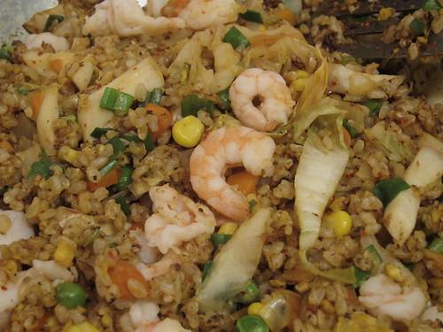 泡菜海鮮炒飯5:最後灑上蔥綠,用鹽調味後,倒入炒好的蝦仁,起鍋