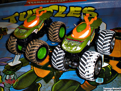 """ Hot Wheels "" Monster Jam ' Teenage Mutant Ninja Turtles ' 1:64 Monster Trucks - Michelangelo {  MUD TRUCKS tire treads & HOLIDAY EDITION } i (( 2011 ))"