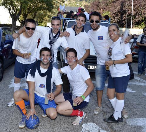 Durante las pasadas fiestas de San Rafael numerosos grupos portaron pegatinas a favor del cambio de fiestas a verano. Foto Pedro Merino