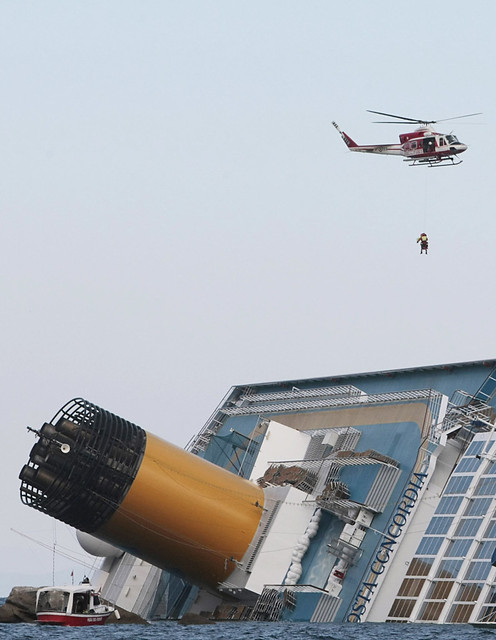Continuano i soccorsi alla nave Costa Concordia