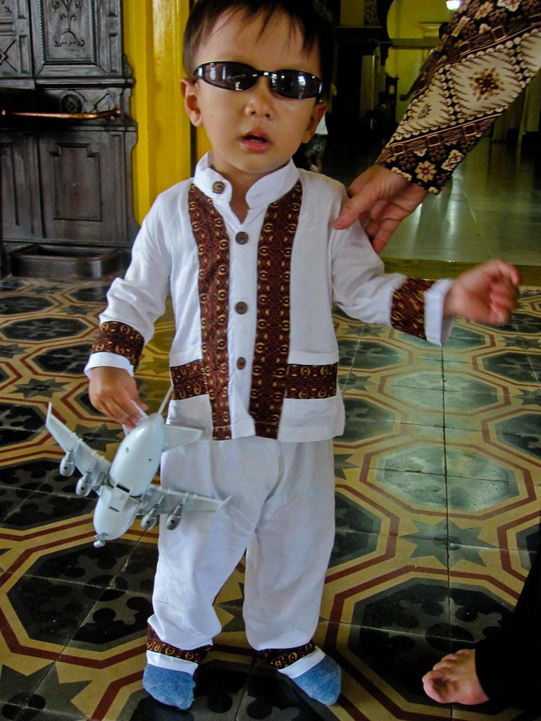 099 20090412164353 Medan 08 - Cool boy in the presidential sultanate