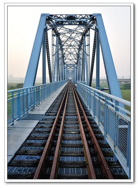 鐵橋裡的情境
