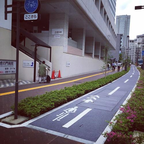 虎の門病院前の歩道