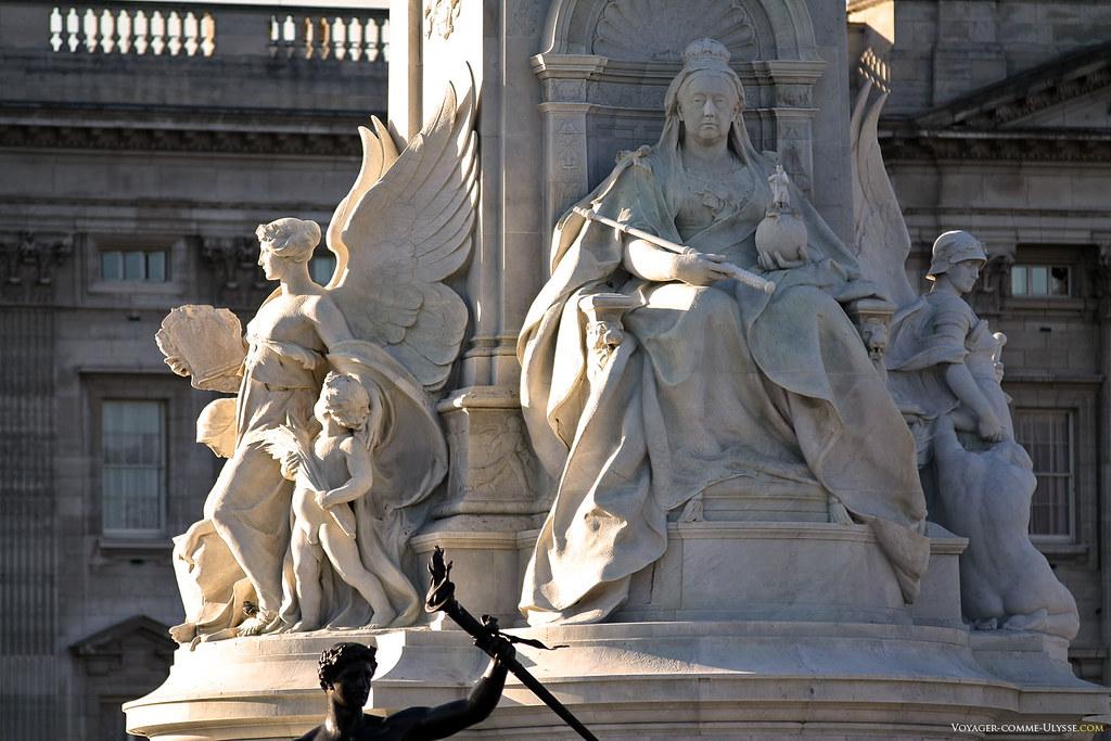 Le Victoria Memorial, avec la statue de la reine éponyme en plein centre, à sa droite l'ange de la Vérité, à sa gauche, l'ange de la Justice.