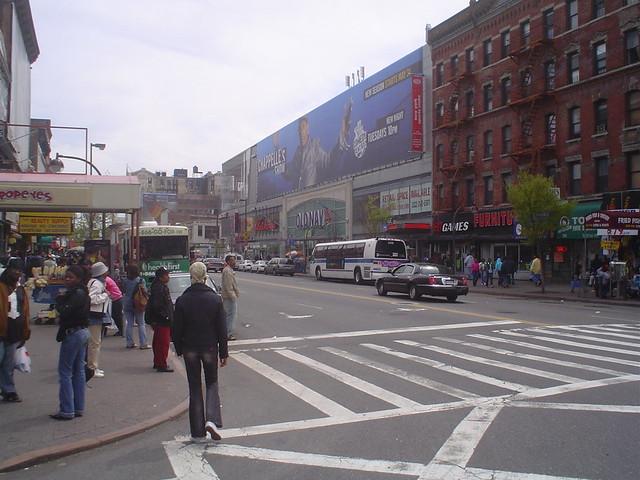 Foto vista de la Avenida Martin Lutter King Avenue, en Harlem, Uptown de Nueva York EE.UU.