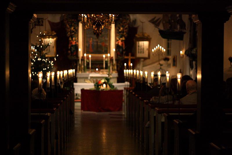 i kyrkan på midnattsmässa