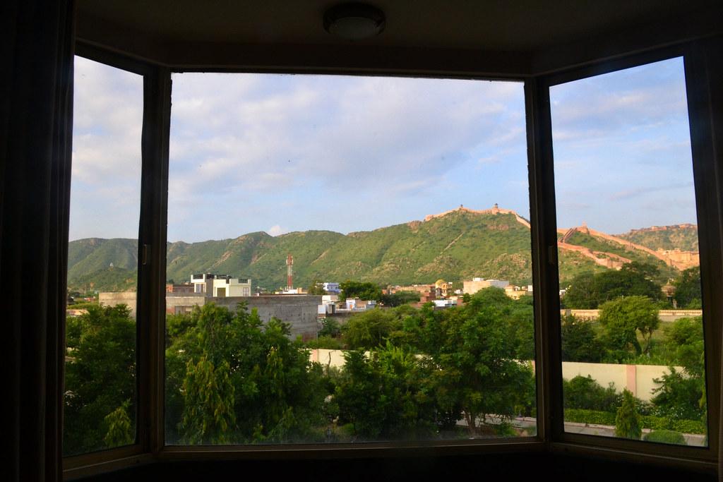 А это вид из окна. Несмотря на Великую китайскую стену, это не Китай
