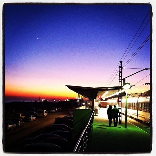 Línia del tren de la costa, amb una posta de sol nadalenca que ofereix un joc de llums màgic. #maresme #cabrera #tren #fotoscel #costa #estació