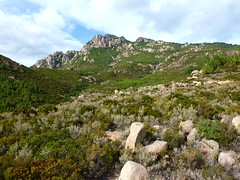 Le plateau de Lora avec le ruisseau supérieur et la pointe 1059m
