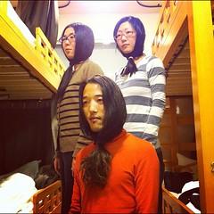 髪をあごの下で結ぶへんな髪型でアー写を撮る3人。
