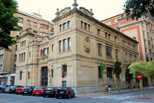 Vista del fachada del edificio de Correos y Telégrafos en la confluencia del Paseo de Sarasate y la calle del Vínculo, obra del 1921 del arquitecto Joaquín Pla.