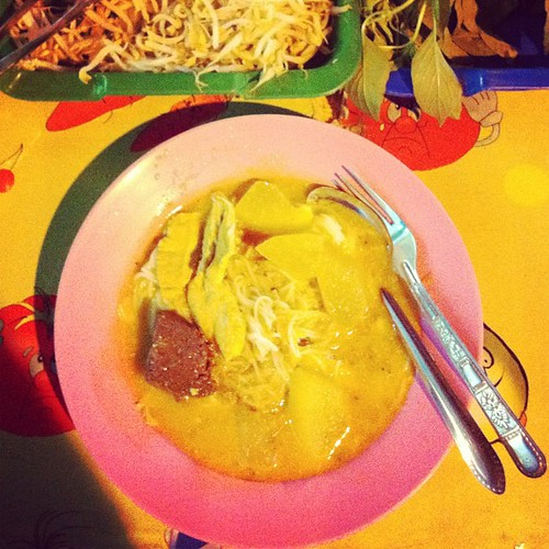 Green curry over khanom jeen noodles: