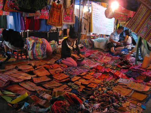 La vendedora en Mercado Nocturno de Artesanía