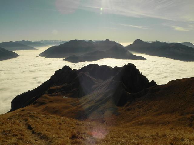 13Les montagnes comme des îles et tout en bas le petit lac