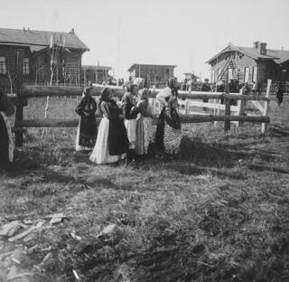 Kvinner i nasjonaldraker ved den nye stasjonen som skulle kalles Nansenovka til ære for Fridtjof Nansen