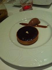 Tarte sablée au chocolat guanaja. Servie tiède, crème glacée, chocolat liégeois