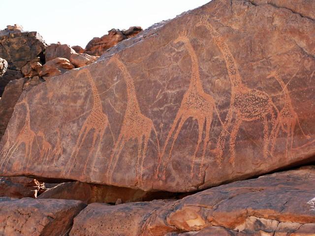 Jirafas en la roca (arte rupestre en Jebel Uweinat, Egipto)