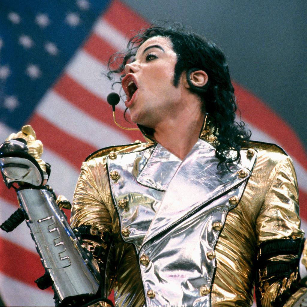 Майкл Джексон и флаг США на фоне