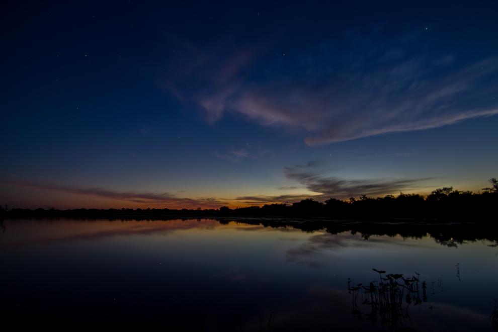 A medida que el atardecer caía en Laguna Capitán mientras preparábamos campamento, se podían observar increíbles colores que se reflejaban en el agua creando un verdadero espectáculo con el sonido de la naturaleza como banda sonora. (Tetsu Espósito)