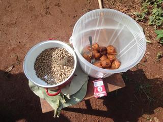 Cereais e bolos fritos à venda na beira da estrada no Congo
