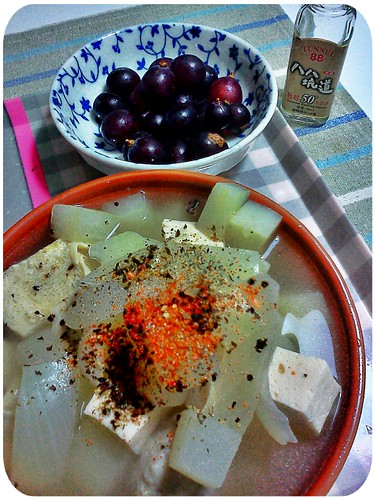 晚餐 ::: 洋蔥+白蘿蔔+凍豆腐+百頁豆腐+虱目魚丸湯,水果是葡萄20顆 by 南南風_e l a i n e