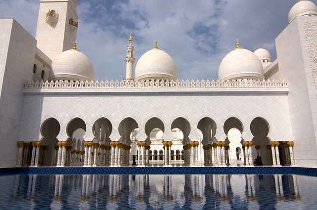Refracciones de la luz sobre el estanque de la mezquita Sheikh Zayed, en Abu Dhabi, Emiratos Árabes Unidos