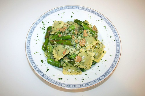 27 - Ravioli mit Garnelen & Spargel in Kräutersahne / Ravioli with shrimps and asparagus in herb cream - Serviert