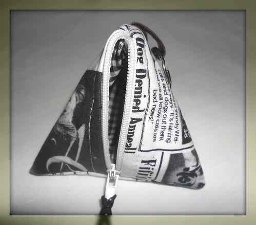 Bolsa Triangular Jornal caes by Fuxiquices-da-isa