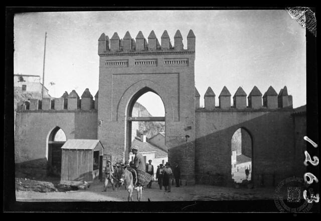Puerta de San Martín en 1933. Fotografía de Gonzalo de Reparaz Ruiz. © Institut Cartogràfic de Catalunya