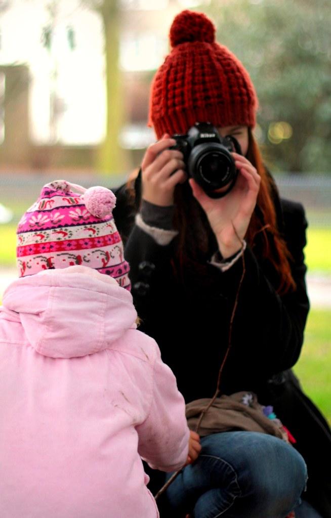 Baby und fotografierende Mama