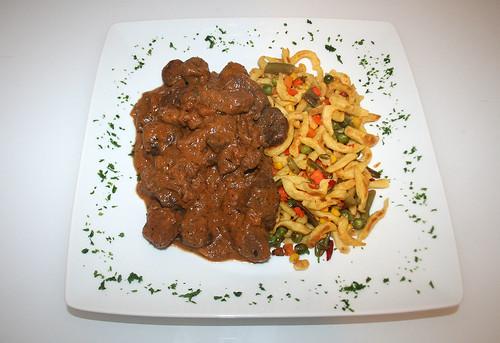 36 - Maronengulasch & Gemüsespätzle / Chestnut goulash & veg spaetzle - Serviert