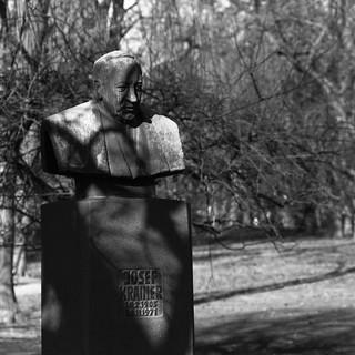 Josef Krainer の画像. park bw sculpture art canon eos austria österreich bust josef graz steiermark stadtpark styria oesterreich krainer 5dmarkii leica75200mmf45varioelmarr takenin2012