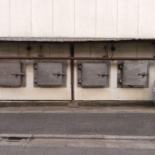 道路際に並ぶ謎の鉄扉