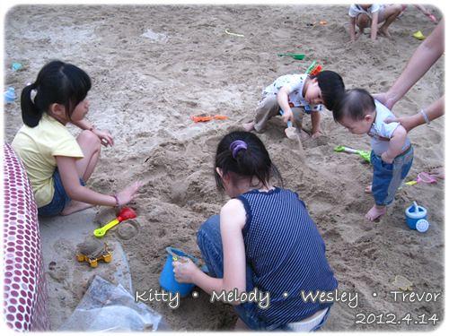 120414-沙坑上的四個小朋友