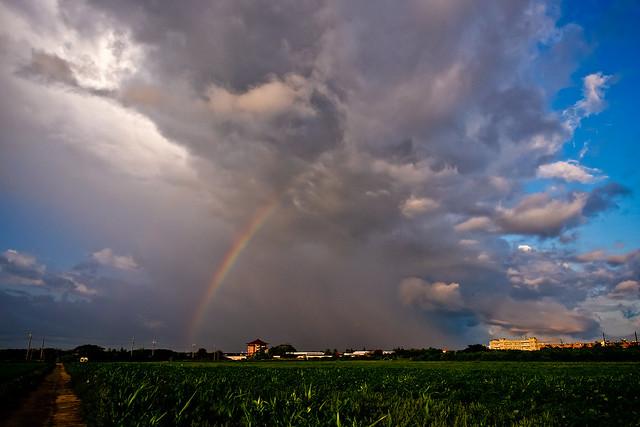 彩虹上方積雨雲