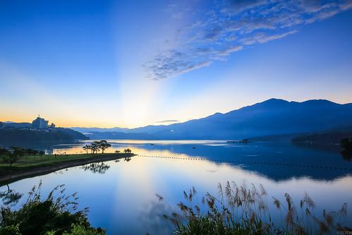 lake sunrise dawn taiwan rays 日月潭 sunmoonlake nantou 日出 水社大山 霞光 斜射光 出水口