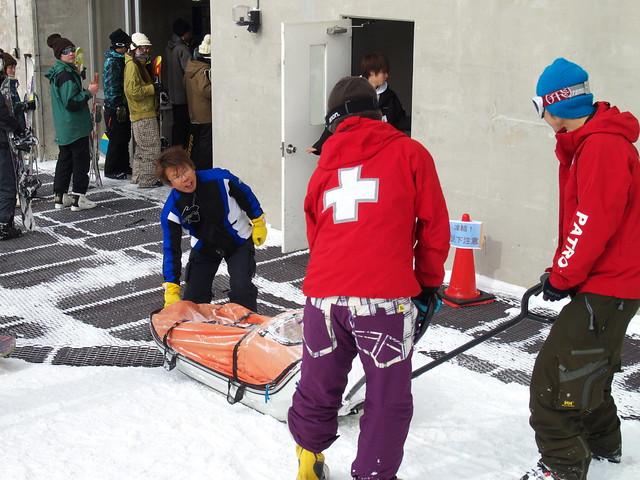 這裡的PATRO穿紅色外套,送受傷的人下山