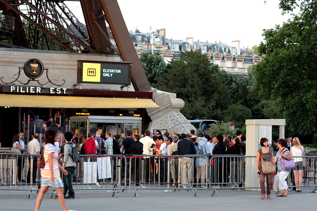 the line to the Eiffel Tower