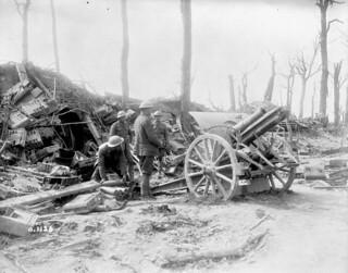 17th Battery, Canadian Field Artillery, firing a German 4.2 gun on the retreating Germans / La 17e Batterie de campagne de l'artillerie canadienne tire un canon allemand de 4.2 cm sur les Allemands en déroute