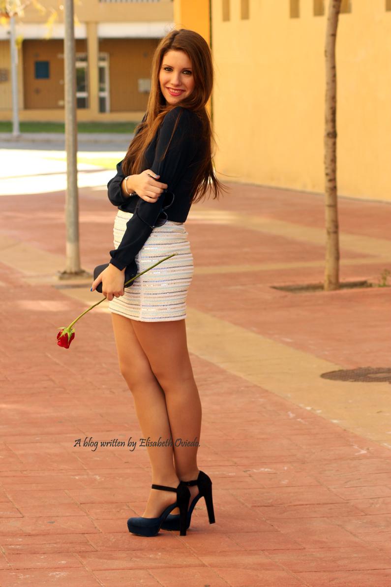 falda-blanca-con-lentejuelas-y-blusa-azul-HEELSANDROSES-(6)