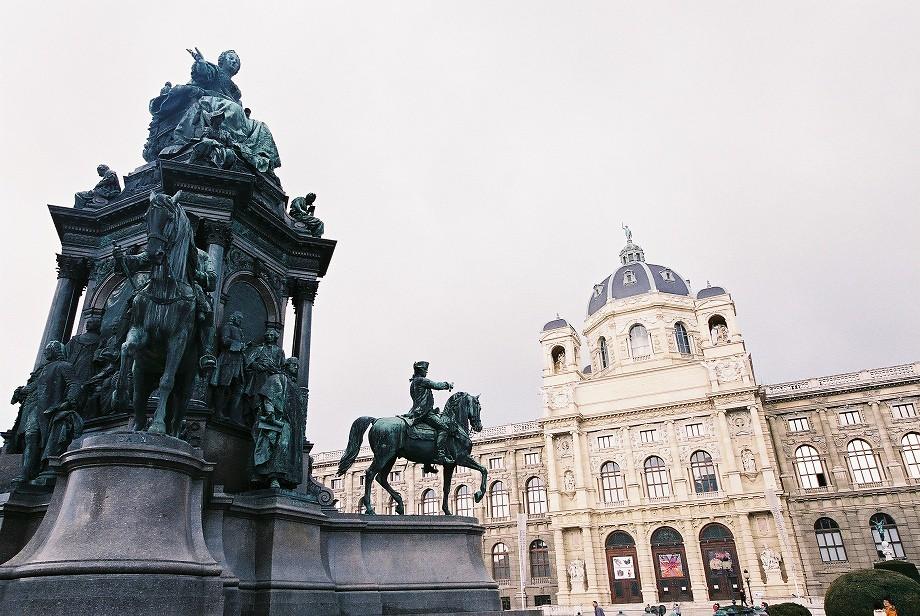 Maria Theresia 的銅像和自然史博物館