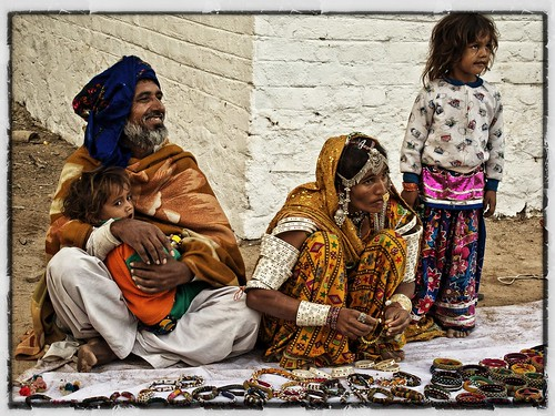 Rabari selling jewellery, Little Rann of Kutch, Gurjarat, India | by retrotraveller