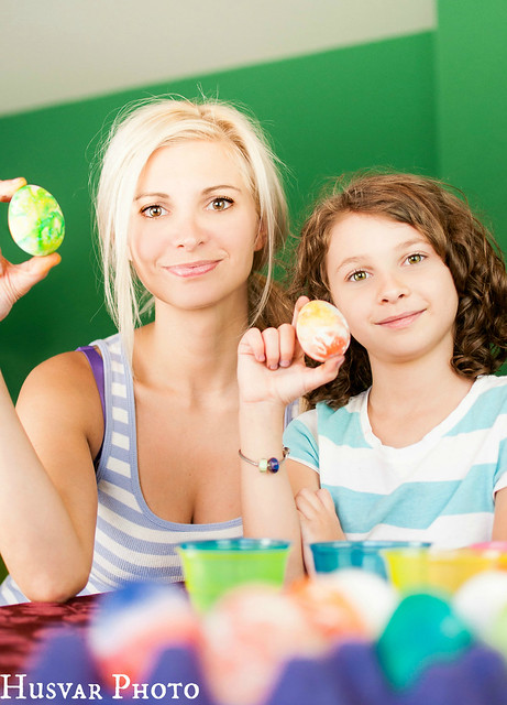#momishere mom and kid dying easter eggs in_the_know_mom